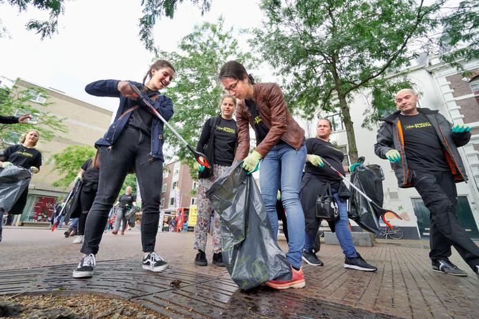 Vrijwilligers ruimen plastic op in Nijmegen tijdens de landelijke StopMetPlastic-actie van National Geographic.
