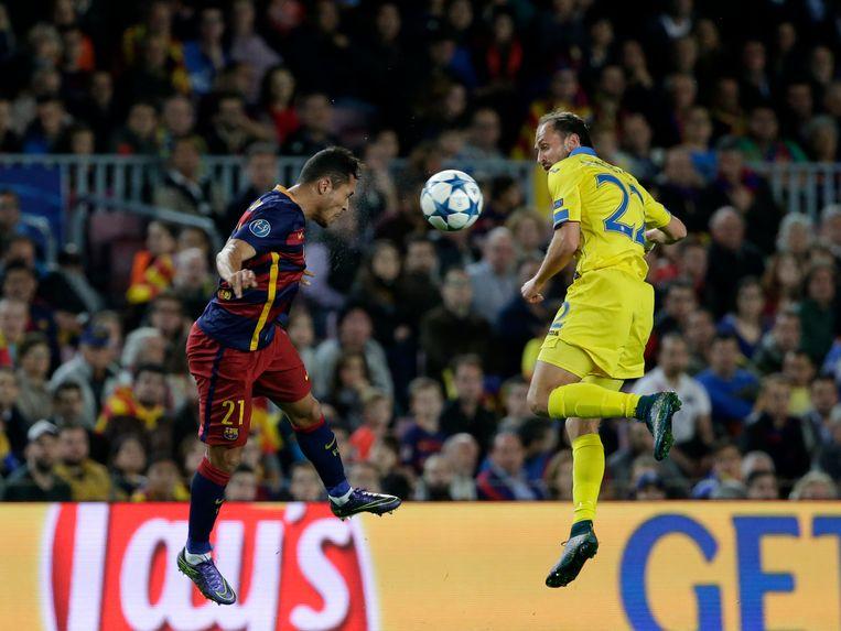 Adriano en Stasevich springen naar de bal