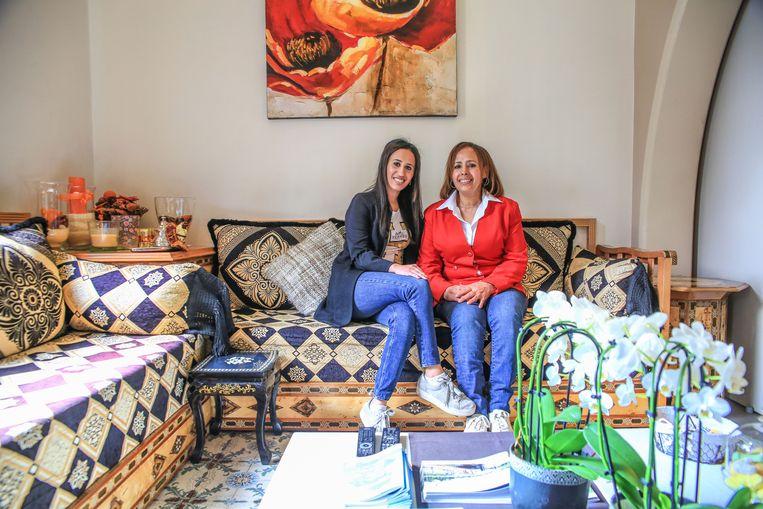 Yasmine en Saida in het Marokkaanse salon van de B&B.