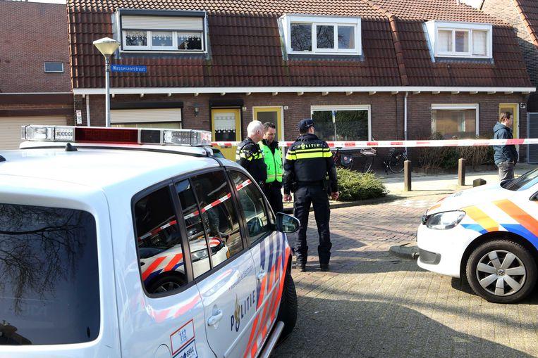 In Eindhoven is een 41-jarige man door een politieman bij zijn huis aan de Wassenaarstraat neergeschoten. De man is zwaargewond overgebracht naar een ziekenhuis. In de woning was sprake van huiselijk geweld.  Beeld ANP