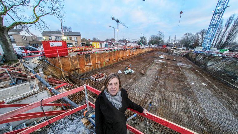 Ilse Piers op de werf in de Cederlaan, waar de bouw van 76 nieuwe huizen volop bezig is.
