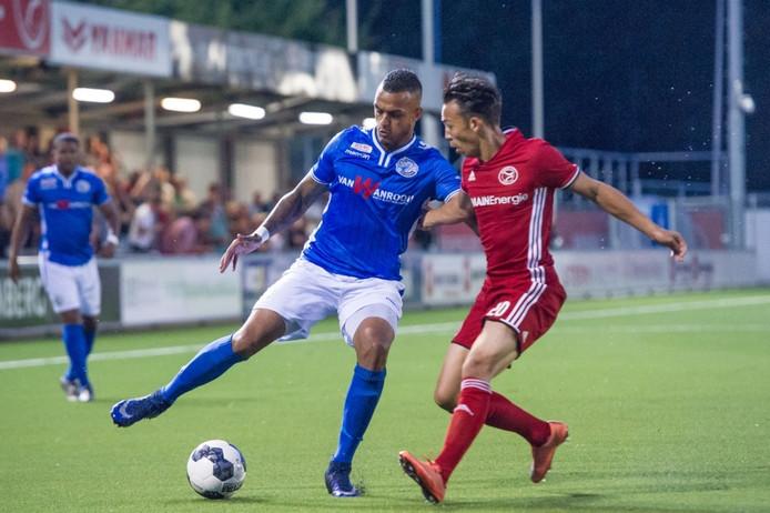 Mario Bilate (links), hier in duel met Gaston Salasiwa van Almere City, is weer fit.