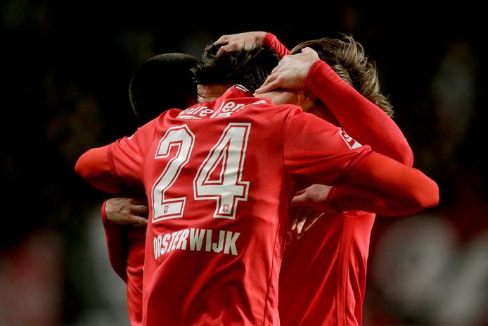 Jari Oosterwijk (24) wordt in de armen gesloten door teamgenoten van FC Twente na de 4-0 tegen FC Volendam.