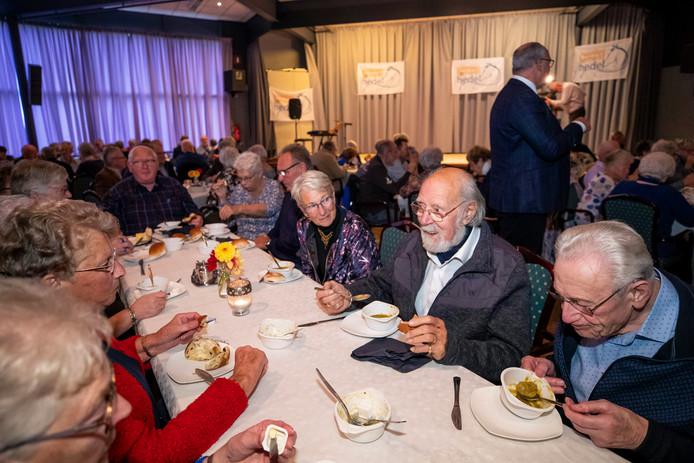 Bij Dorpshuis Gelre's End genieten 60-plussers van een erwtensoepbuffet als aftrap van de festiviteiten rond 300 jaar Paardenmarkt Hedel.