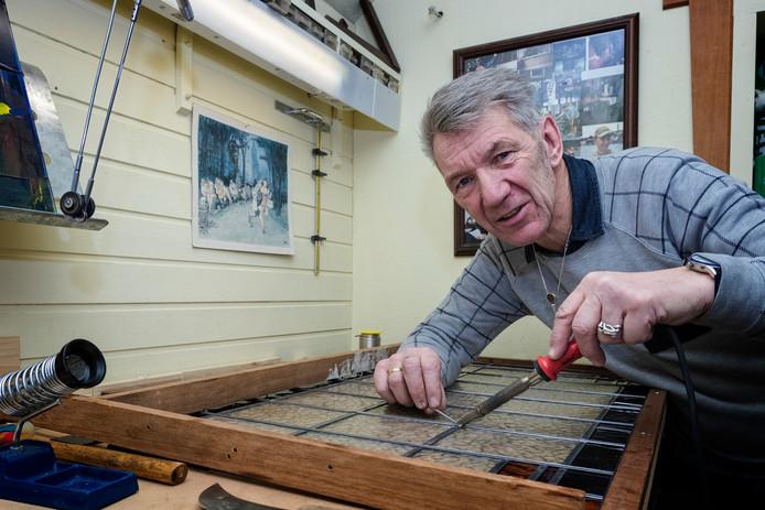 Jan Revier knutselt graag met glas-in-loodruitjes.
