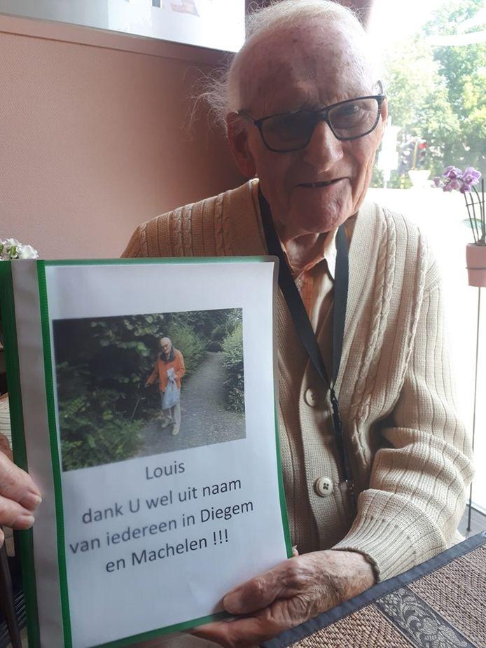 Louis Jacobs was zichtbaar gelukkig met de bundel met positieve reacties over zijn werk in het park.