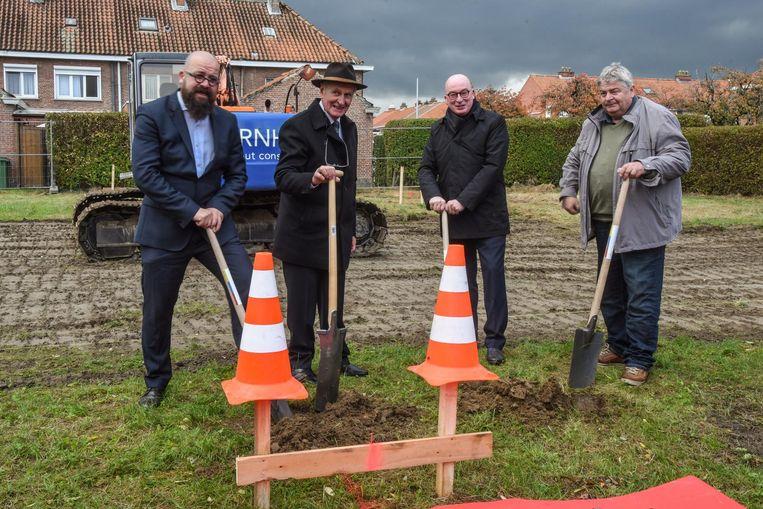 Onder meer burgemeester Piet Buyse (tweede van rechts) was present voor de eerste spadesteek van het project.