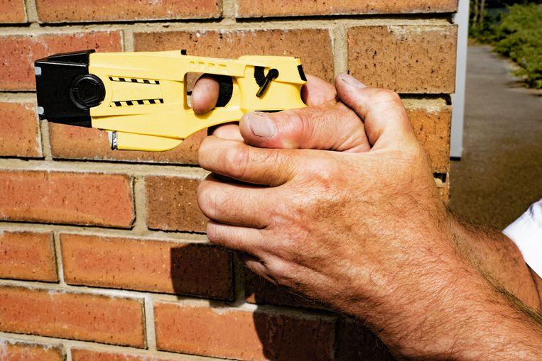 'Met inzet van het stroomstootwapen zijn 'verwarde personen' niet bepaald geholpen.' Beeld Getty Images