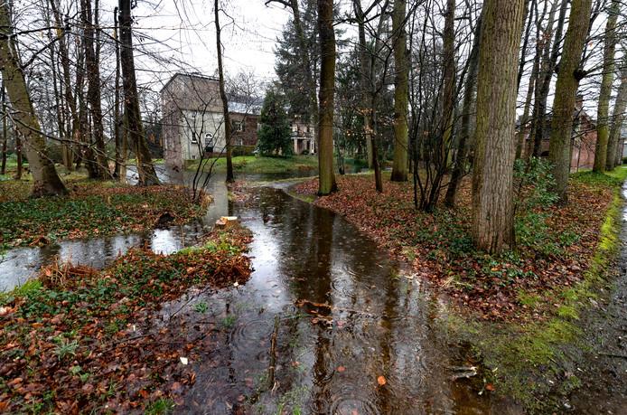 Bij kasteel Geldrop zijn wandelpaden onder water gelopen nadat de slotgracht door de regen overstroomde.