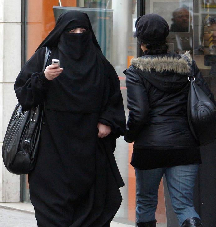 Een moslima in Saint-Denis bij Parijs