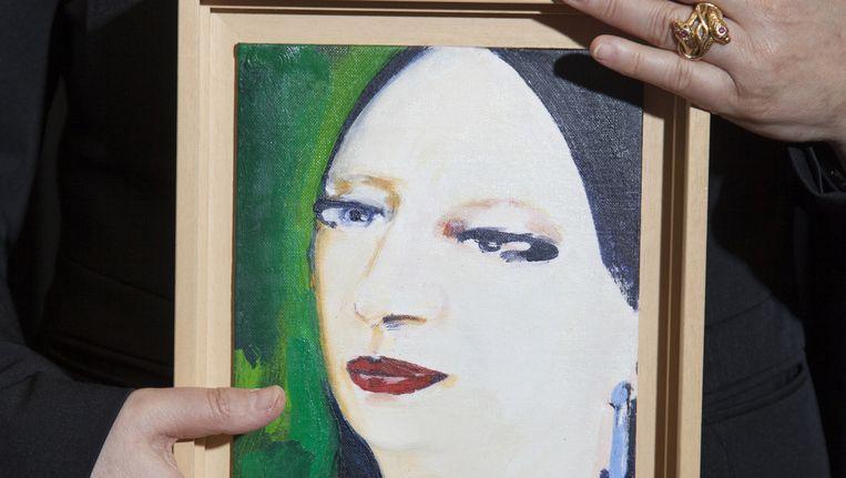 Inez Weski met haar portret gemaakt door kunstenaar Lizzy in 2000, tijdens een lezing in de tuin van het kantoor van Weski Advocaten. Beeld null