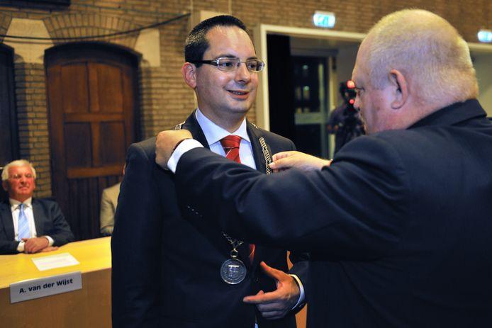 Steven Adriaansen kreeg in 2013 de ambtsketen omgehangen als kersvers burgemeester van de gemeente Woensdrecht door toenmalig loco-burgemeester Vic Huijgens. Adriaansen hoopt eind dit jaar aan zijn tweede termijn te kunnen beginnen.