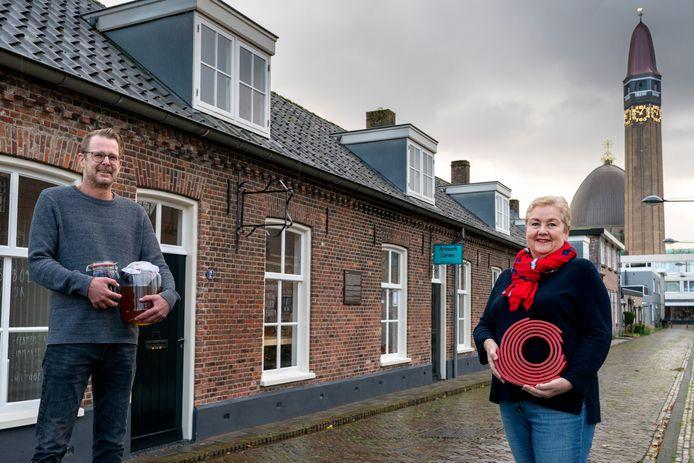 Stadsboer Jordi van der Steen en beeldend kunstenaar Corine Kroezen hebben hun intrek genomen in het kunstenaarsstraatje van Waalwijk.