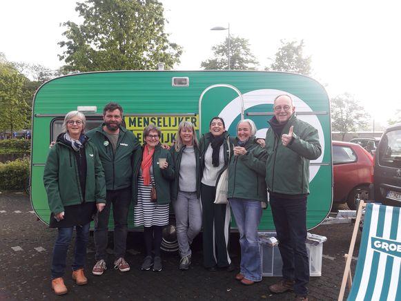 De leden van Groen trokken met de caravan naar het station.