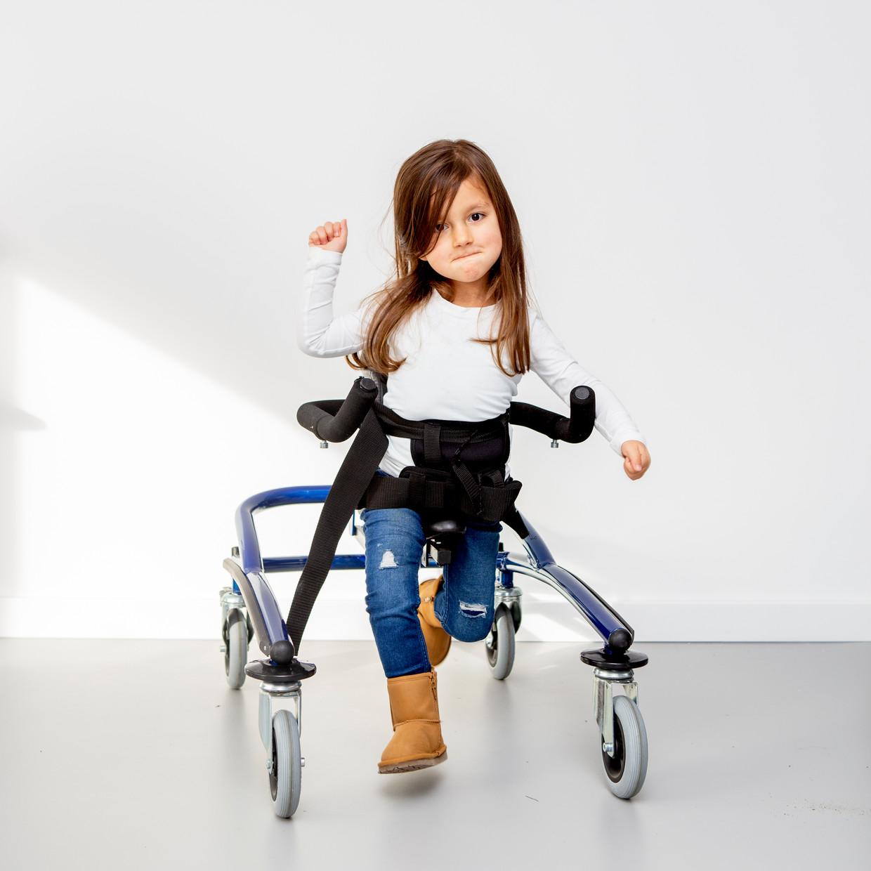Sara zit in een rolstoel maar ze oefent hard. Ze kan nu al 2 minuten staan. Beeld Pauline Marie Niks