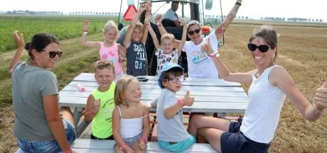 Kinderen leren op ronkende trekker het boerenleven kennen op Dag van de Boerderij in Schoondijke