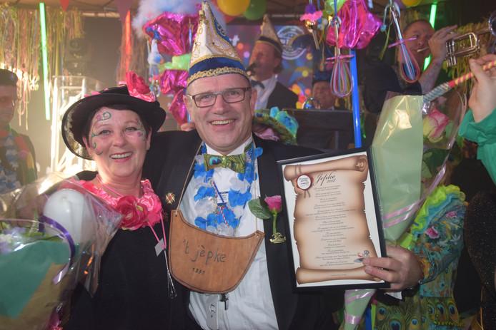 Martien Verschuuren heeft maandagmiddag tijdens de drukbezochte Rozen Môndig de jaarlijkse onderscheiding 't Jèpke gekregen.
