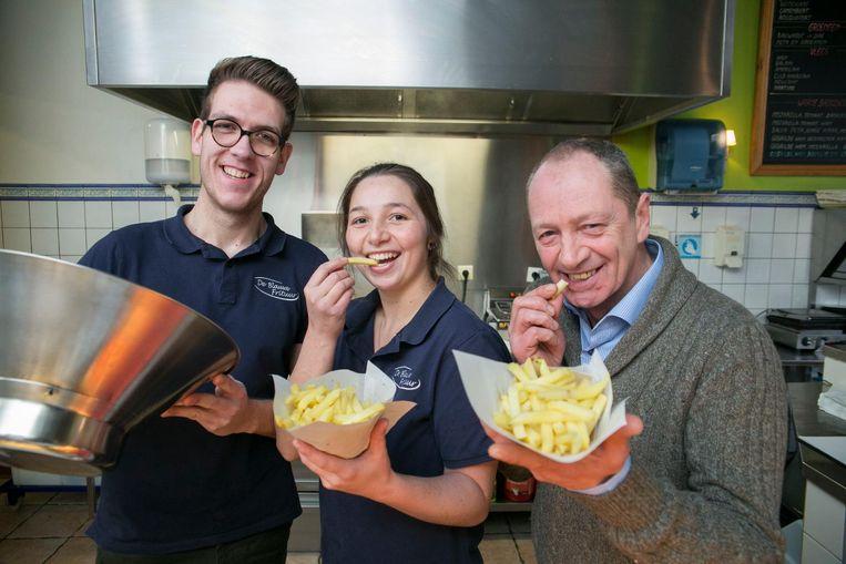 Lawrence Mellebeek, zijn vriendin Ulrike en haar papa Kris Vanhaerents baten samen de frituur uit.