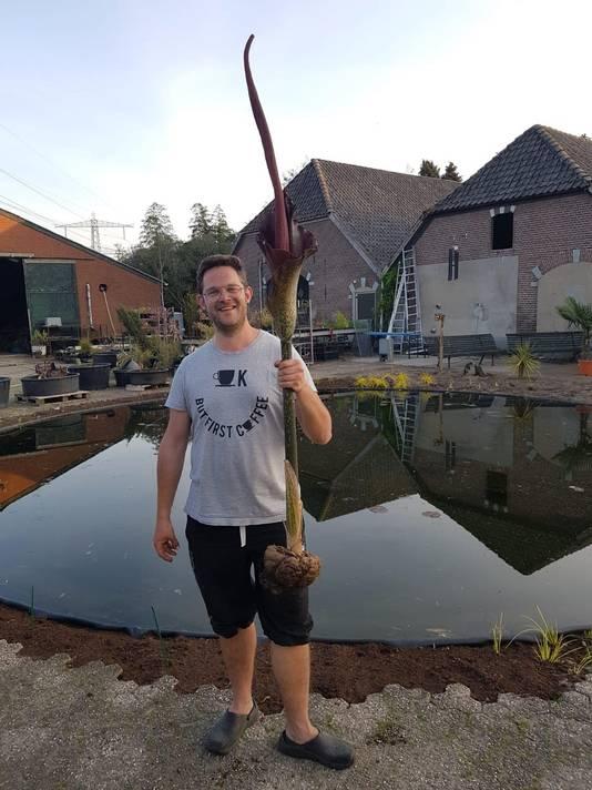 Robbert van Til met de bloeiende penisplant in Hummelo.