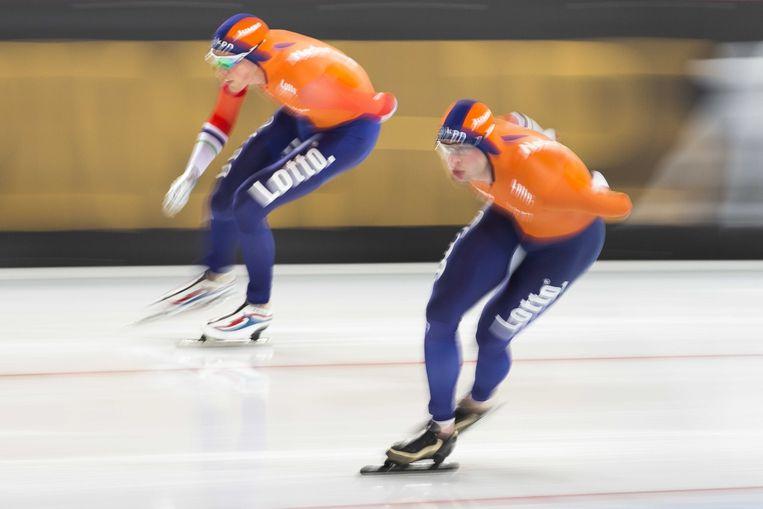 Patrick Roest (L) en Sven Kramer in actie op de 10.000 meter tijdens het WK allround schaatsen in het Vikingskipet stadion. Beeld ANP