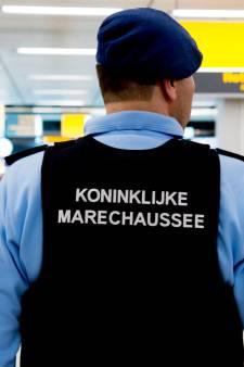 Marechaussee treft vluchtelingen aan in achterbak busje Hoek van Holland