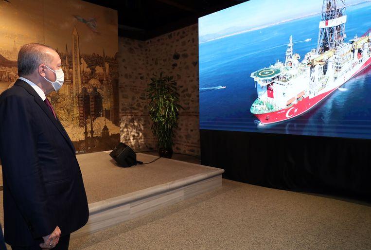 De Turkse president Erdogan tijdens communicatie met het boorschip Fatih. Beeld EPA