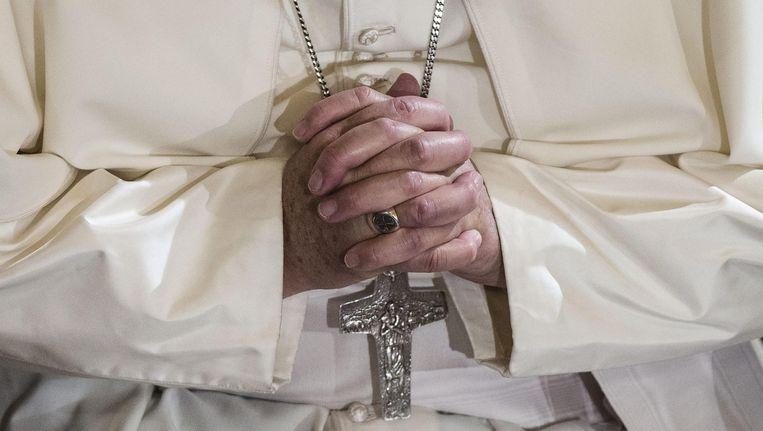 Paus Franciscus vouwt zijn handen Beeld AFP