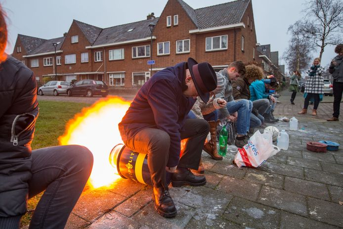 ARCHIEFFOTO Bort Koelewijn opent het carbidschieten in de Colijn de Nolestraat in Kampen.
