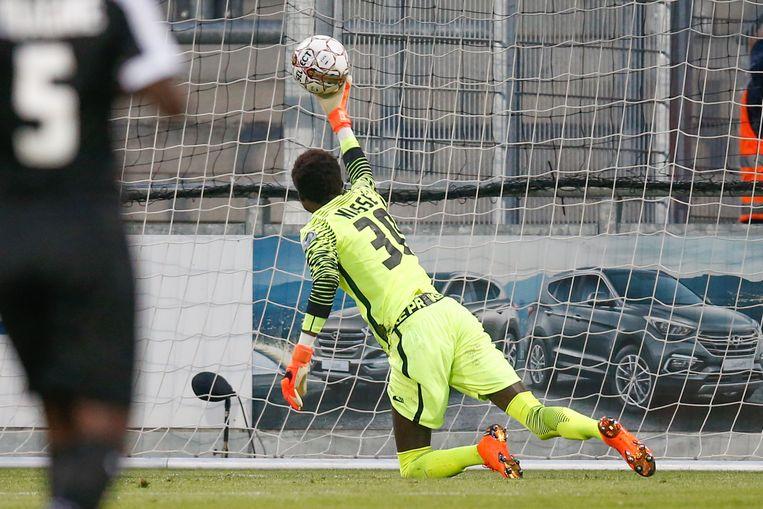 Doelman Niasse in actie tijdens de play-off 2-wedstrijd tegen Antwerp.