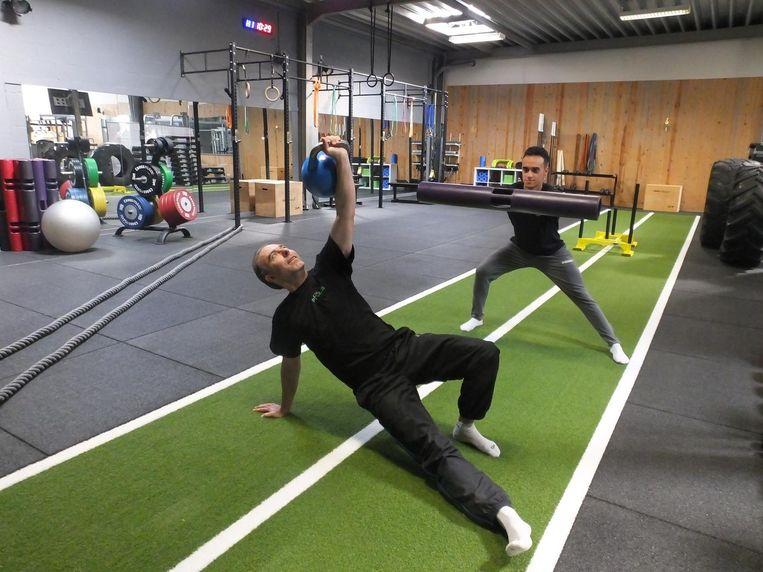 Jan Boone en David Lava tonen enkele bewegingen met kettlebells en vipers.