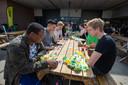 De harde werkers worden goed beloond met bonussen én lekker eten. Julian Plat, Mathijs Krist, Rifati Huseni, Jairzinho Luvien en Just Nicolaij genieten van een snack en spelen een potje poker.