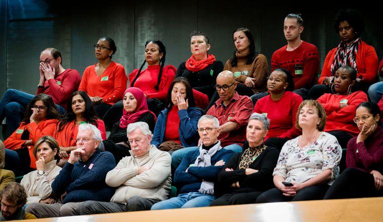 Gedupeerde ouders kijken toe bij een eerder debat in de Tweede Kamer over het optreden van de Belastingdienst in de kinderopvangtoeslagaffaire. Beeld Freek van den Bergh / de Volkskrant
