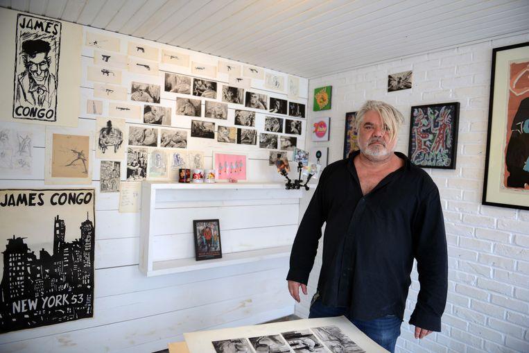 """Wim Marchal in de """"hoogstwaarschijnlijk kleinste galerij ter Wereld""""."""