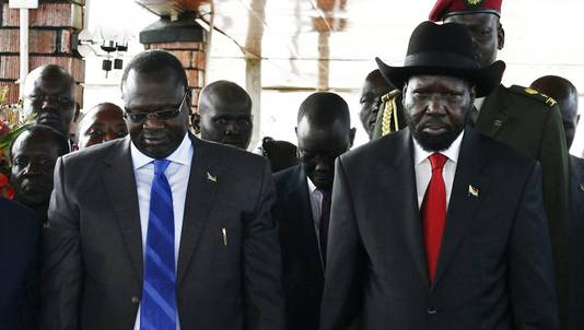 Zuid-Soedanese president Salva Kiir (rechts) en voormalig vicepresident Riek Machar in juli 2013.