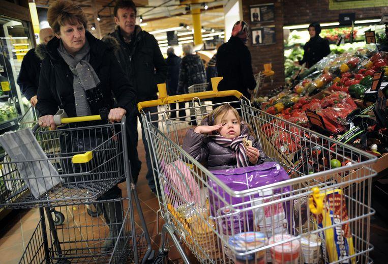 Klanten in een Jumbo-supermarkt. Beeld Marcel van den Bergh / de Volkskrant