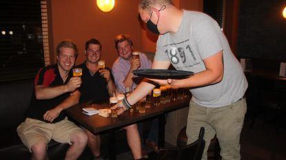 """Eerste pintjes Café Central in Rekkem getapt: """"Ze smaken enorm. Dit hebben we toch gemist, ja"""""""