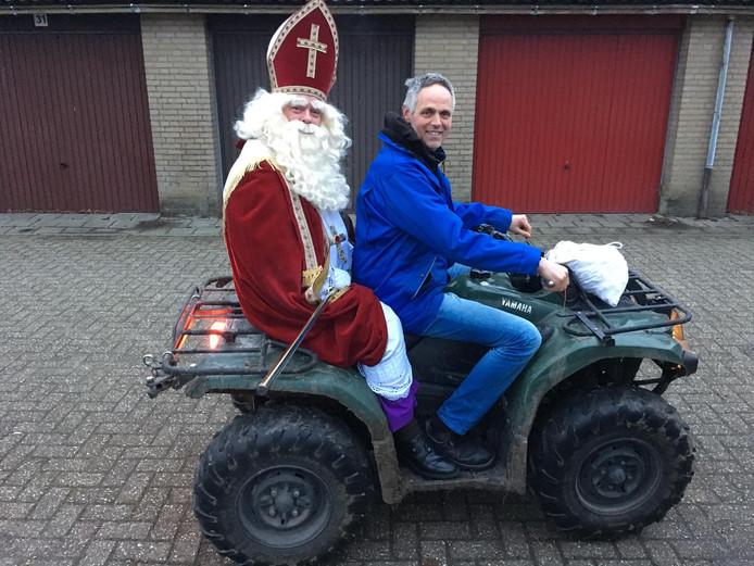 Sinterklaas zou op basisschool De Schakel in Leimuiden op het schoolplein landen met een helikopter. Echter, week het voertuig uit naar een weiland en kwam de goedheiligman aan met een quad.