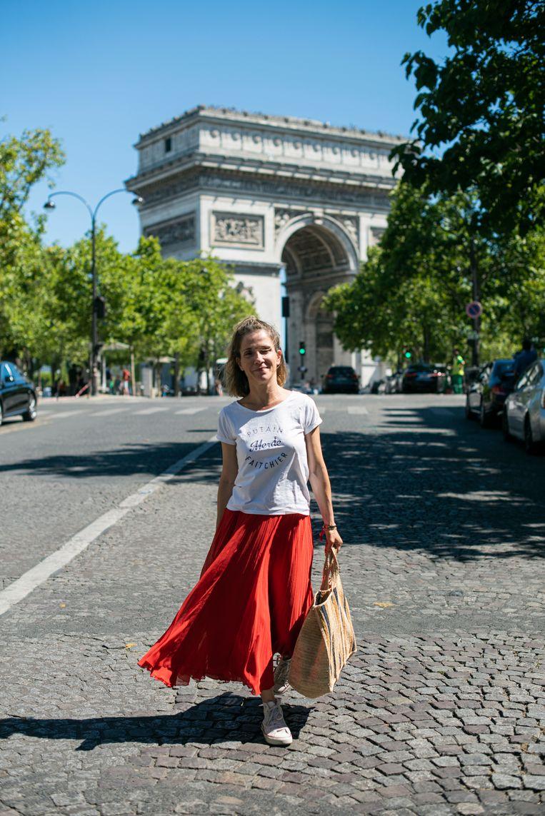 Julie Collas is een typische Parisienne met haar je-ne-sais-quoi-uitstraling en haar T-shirt met opschrift:  'Merde Putain Fait Chier' Beeld Bart Koetsier