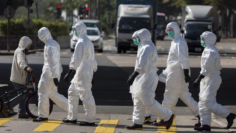 Gezondheidswerkers in beveiligde pakken in Hong Kong Beeld epa