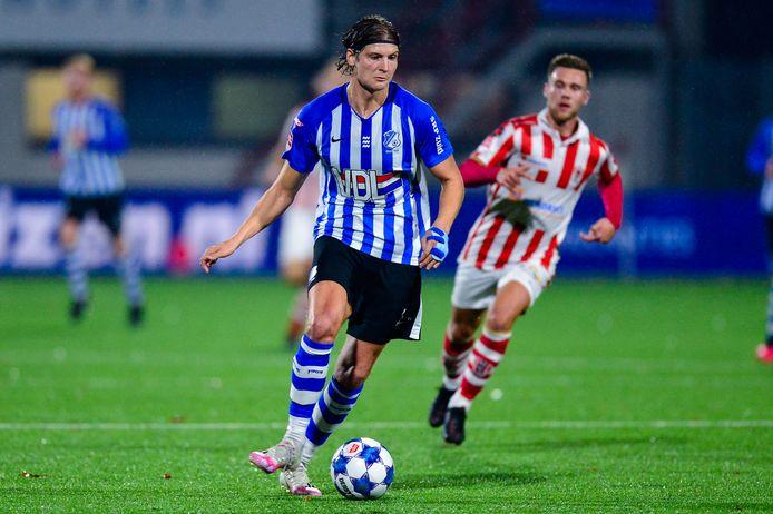 Maarten Peijnenburg (links) van FC Eindhoven snelt met de bal vooruit.