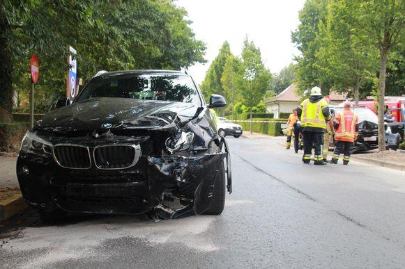 Rechts zien we de Opel, die tegen een boom belandde. De bestuurster moest bevrijd worden door de brandweer. Een BMW liep schade op aan de voorzijde.