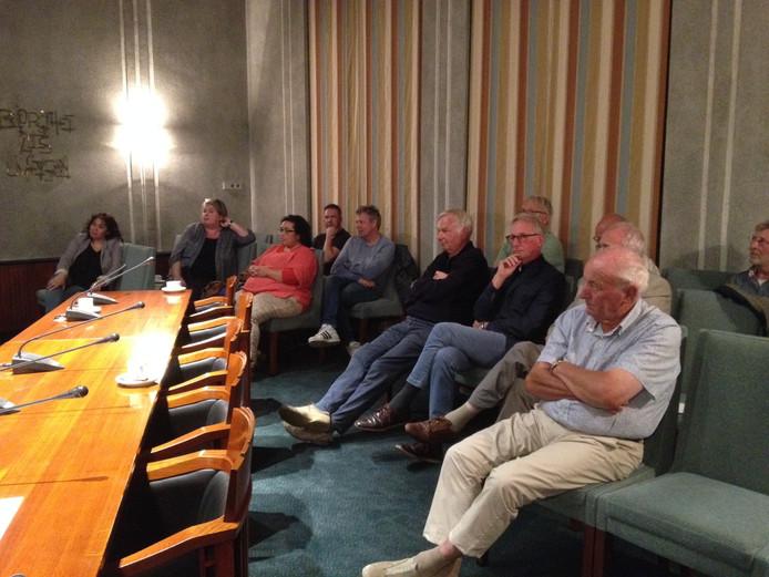 Bestuursleden van 't Spectrum en de exploitanten van het City Theater volgden het debat over een podium in Schijndel.