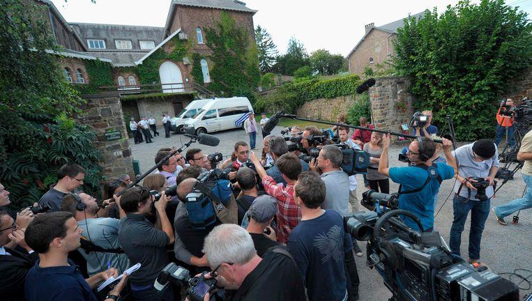 Augustus 2012: De burgemeester van Namur spreekt met de pers over Michelle Martin voor het het klooster van Malonne. Beeld REUTERS