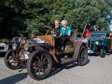 Liefhebbers genieten in Enschede van oldtimers: 'Dit is nog echte techniek'