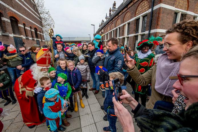 Sinterklaas arriveert op treinstation Kesteren