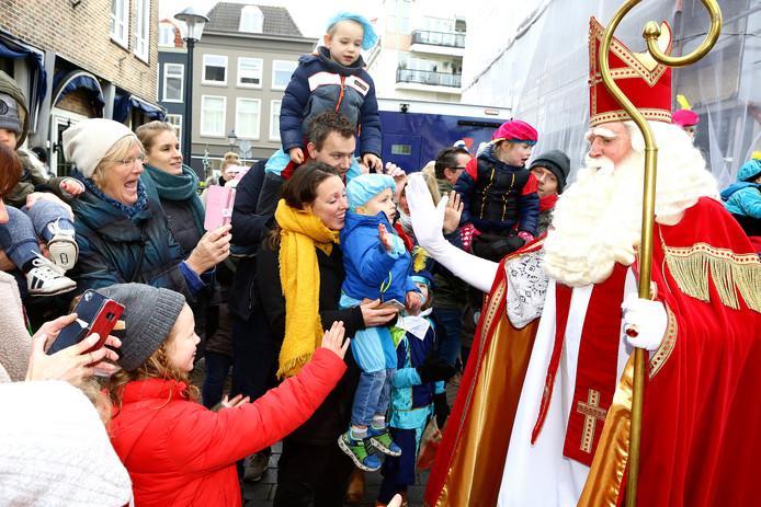 Wat is er leuker dan een handje van de Sint? Een high five van de Goedheiligman natuurlijk! Deze kinderen grijpen hun kans bij de drukbezochte intocht in Gorinchem.