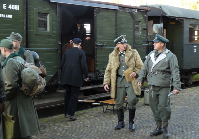 Peter Nillesen (met bontjas) als de Duitse officier Ludwig Mengelberg.