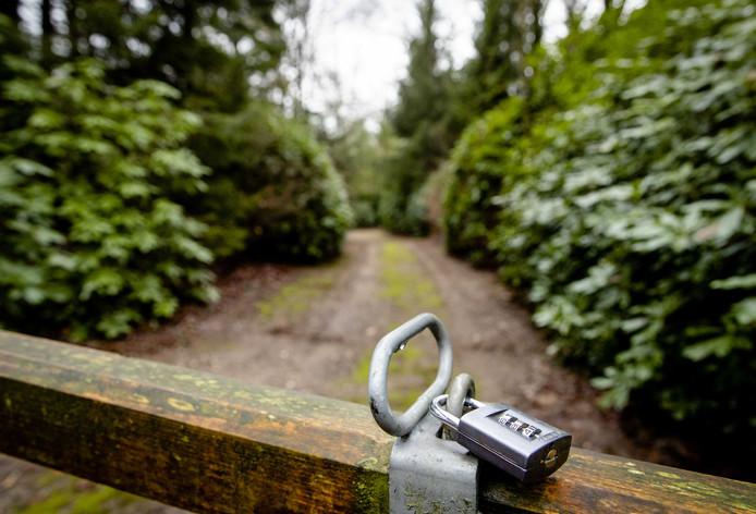 Een hek bij het wandelpad achter de villa van prinses Irene. Gemeente Utrechtse Heuvelrug besloot na onderzoek dat het afsluiten van het pad geoorloofd is.