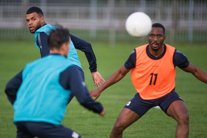 Basil Camara (links) en Jean-Ruben Desrosiers houden de bal in de gaten. Beide verdedigers zijn - niet als enige - nieuw bij TEC.