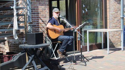 Willy Vander Biest speelt gitaar voor bewoners huis De Pionier